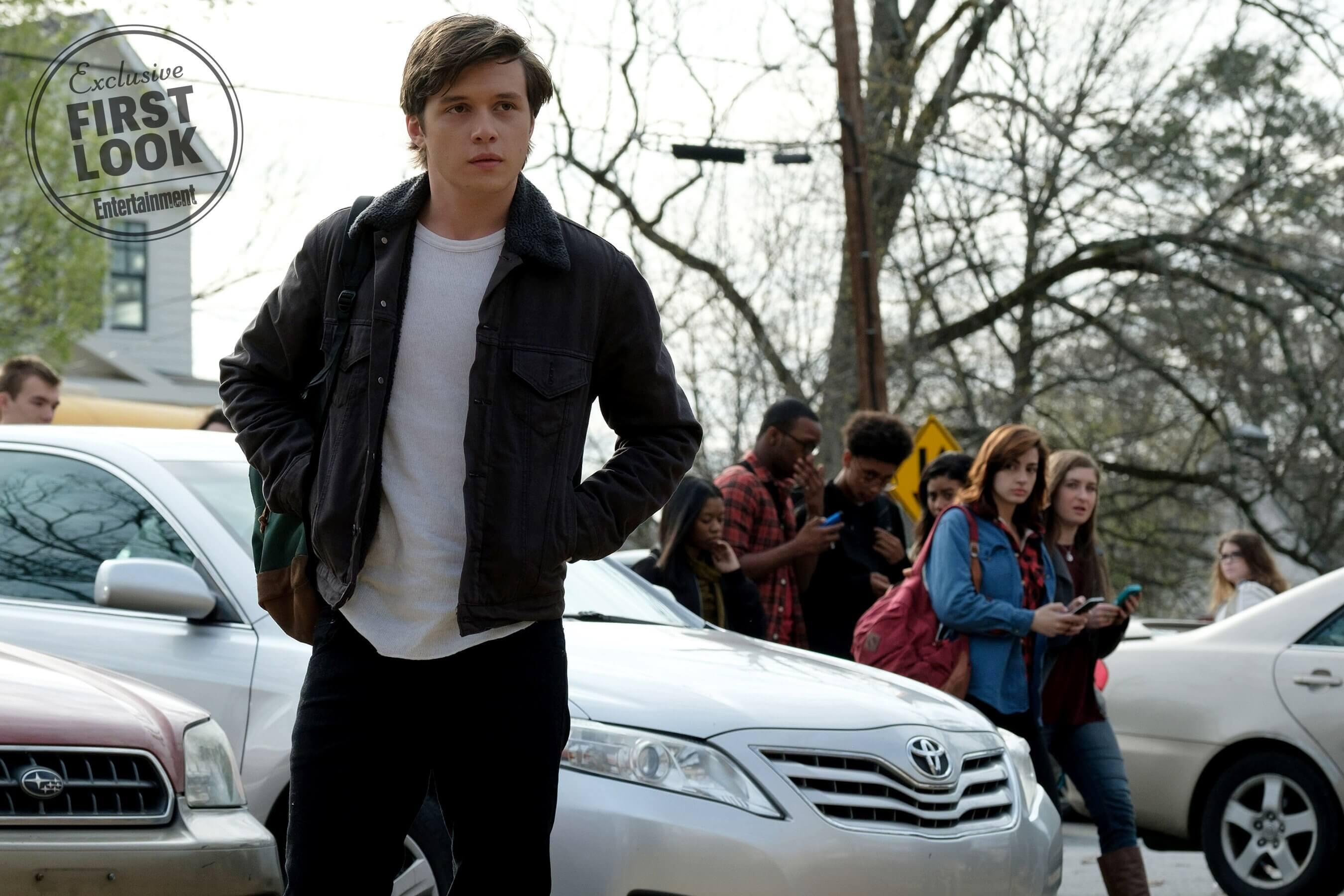 Katherine Langford interpreta amiga de um garoto gay no filme Love, Simon.