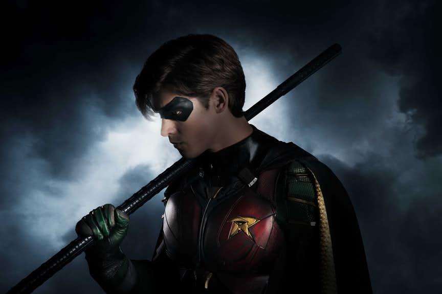 Brenton Thwaites aparece como Robin em primeira imagem oficial de Titans