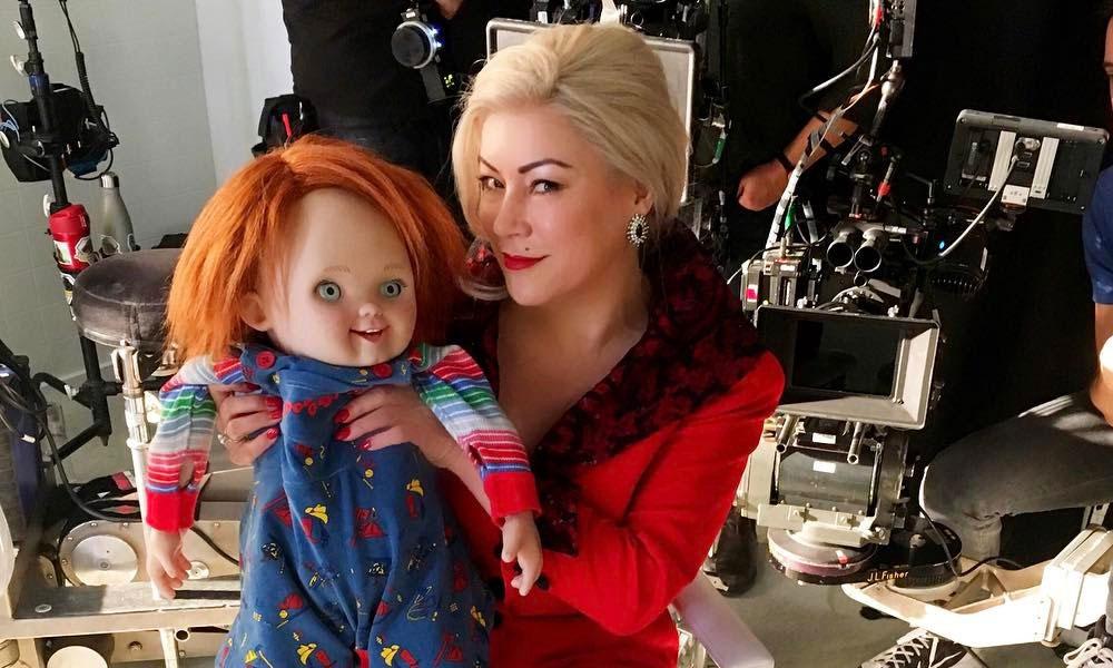 Dia das Mães | Jennifer Tilly posta foto amamentando o 'Filho de Chucky'