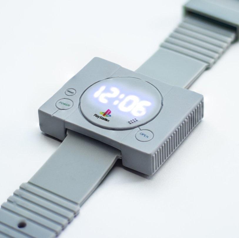 Um dos novos produtos da Sony se trata de um relógio. Mas o acessório para usar no pulso conta com uma aparência um tanto peculiar: o modelo é no formato do primeiro PlayStation.