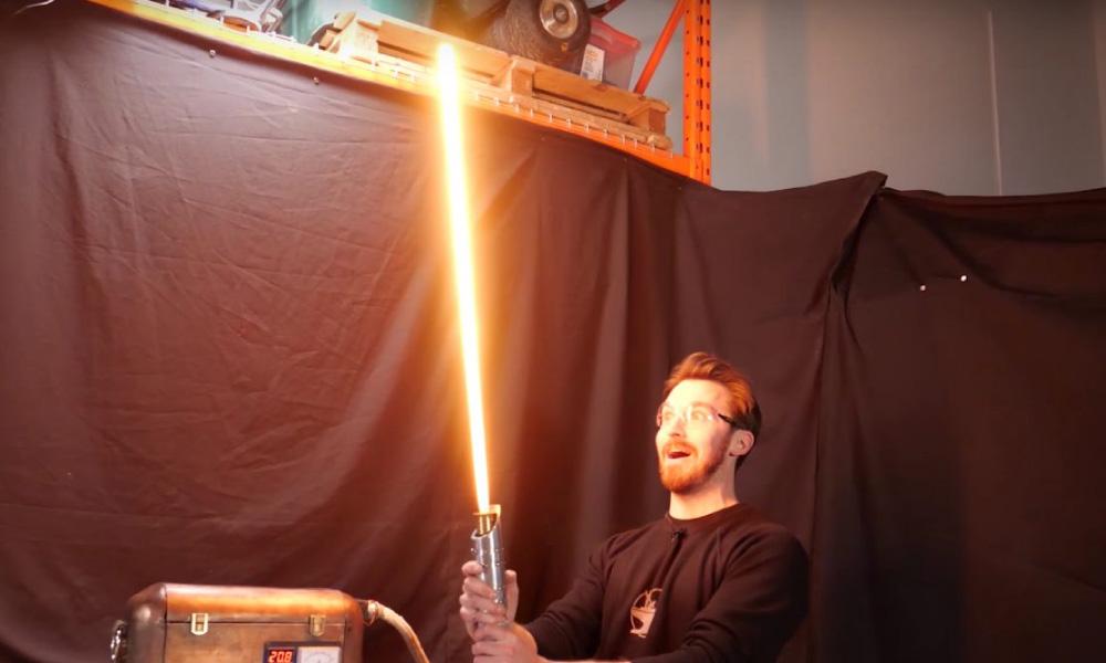 """Impressionante! Youtuber constrói sabre de luz """"real"""" usando baterias"""