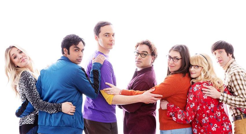 """Os fãs de 'The Big Bang Theory' poderão acompanhar no Globoplay, com exclusividade, o desfecho das aventuras científicas e confusões amorosas dos amigos Leonard (Johnny Galecki) e Sheldon (Jim Persons) a partir desta sexta-feira, dia 14. A plataforma disponibiliza a 12ª e última temporada da série que mostra a vida desses físicos brilhantes e gênios em laboratório, mas amadores quando o quesito é relações sociais.  Depois de idas e vindas, Leonard e Penny (Kaley Cuoco)  finalmente se casaram. Até Sheldon encontrou uma companheira e, depois de iniciar um """"acordo de relacionamento"""" com a neurobióloga Amy Farrah Fowler (Mayim Bialik), levou o relacionamento para outro nível ao se casar com ela. Em seu tempo livre, Leonard e Sheldon continuam desfrutando de jogos de RPG ao lado dos colegas cientistas Raj (Kunal Nayyar) e do casal Howard (Simon Helberg) e Bernadette (Melissa Rauch), que estão se adaptando à vida com dois filhos. A produção ganhou o Critics' Choice Television Award de 2013 como Melhor Série de Comédia, levou sete vezes o prêmio People's Choice Award de Comédia Favorita de TV aberta, é bicampeã do Television Critics Association Awards por realizações extraordinárias em comédia e é tricampeã do TV Guide Award por Série de Comédia Favorita. Além disso, recebeu várias nomeações para o Emmy e o Globo de Ouro na categoria de Melhor Comédia."""